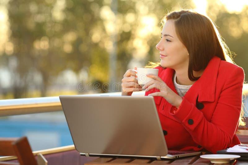 Предприниматель ослабляя в кофейне стоковая фотография