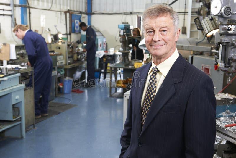 Предприниматель фабрики инженерства с штатом в предпосылке стоковая фотография