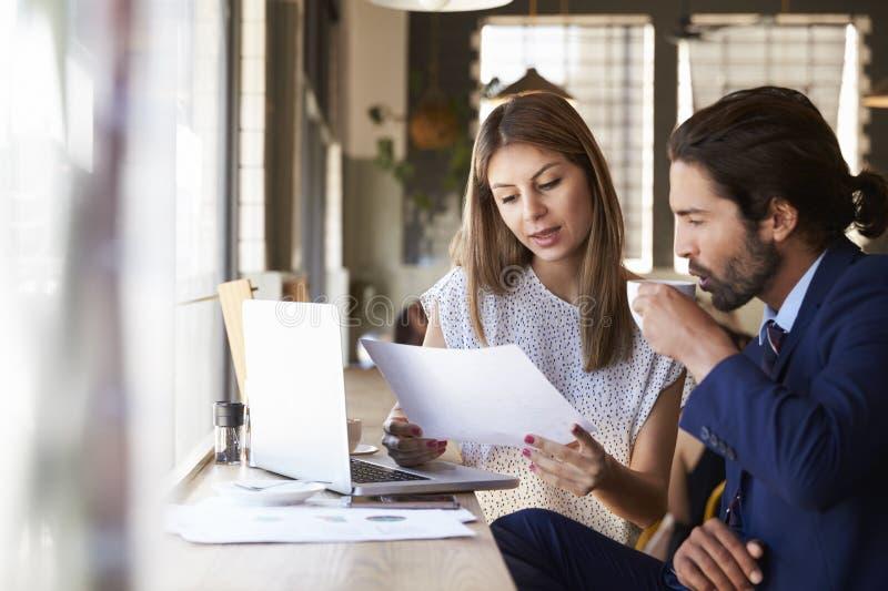 2 предпринимателя имея неофициальное заседание в кофейне стоковое изображение rf