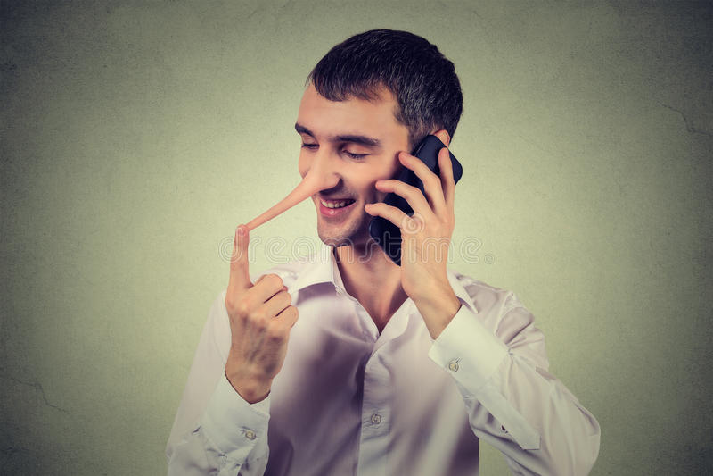 Представитель обслуживания клиента лжеца Счастливый человек с длинным носом говоря на мобильном телефоне стоковая фотография