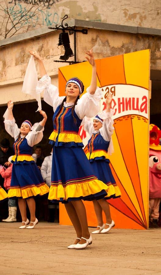 Представление группы народного танца на фестивале Maslenitsa в Sortavala (России), 2014 стоковые фотографии rf