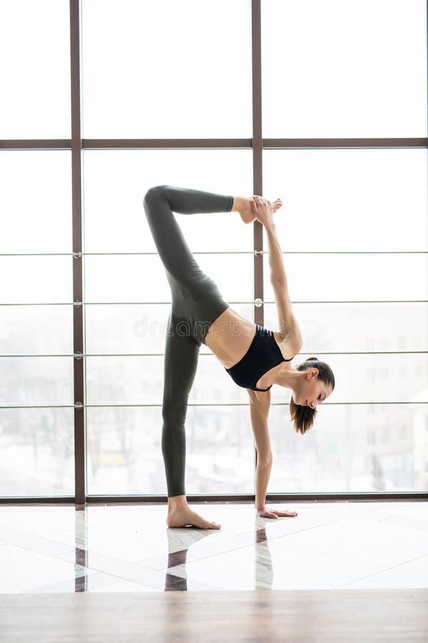 Представление йоги молодой женщины практикуя на спортзал спорта йоги здоровый, йога и раздумье имеют хорошие преимущества для здо стоковое фото