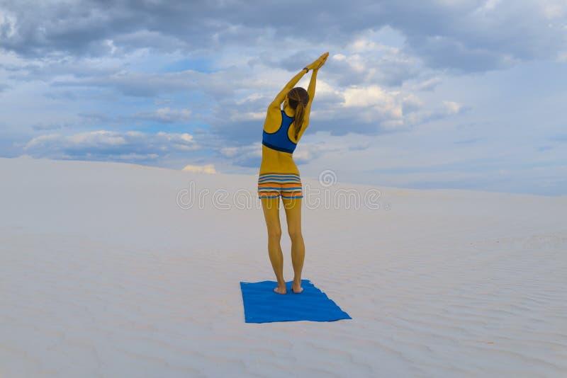 Представление йоги на белый песок пустыни стоковое фото rf
