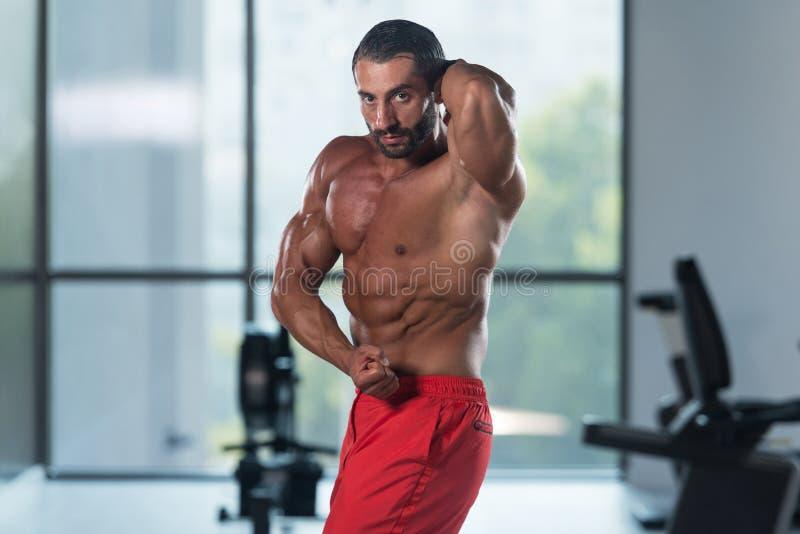 Download Представление комода мышц молодого культуриста изгибая бортовое Стоковое Изображение - изображение насчитывающей привлекательностей, фасоли: 81815185