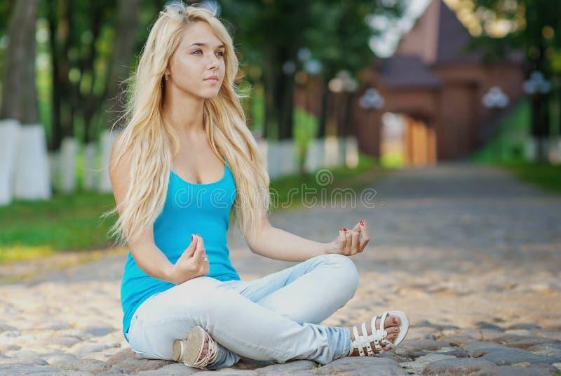 Download представление лотоса девушки Стоковое Изображение - изображение насчитывающей выносливость, сработанность: 41660201