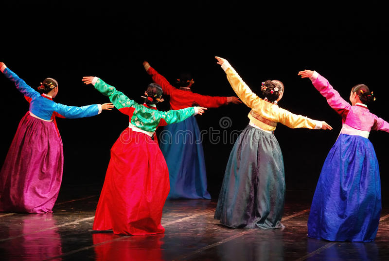 Представление традиционного танца корейца Пусана стоковые фото