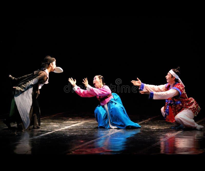 Представление традиционного танца Пусана корейского на театре стоковые фотографии rf