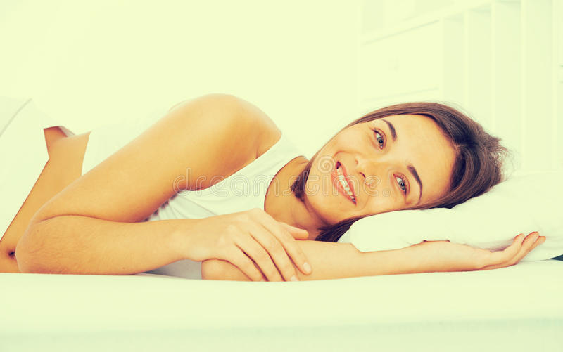 Представления женщины лежа стоковая фотография rf