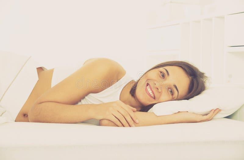 Представления женщины лежа стоковое изображение rf