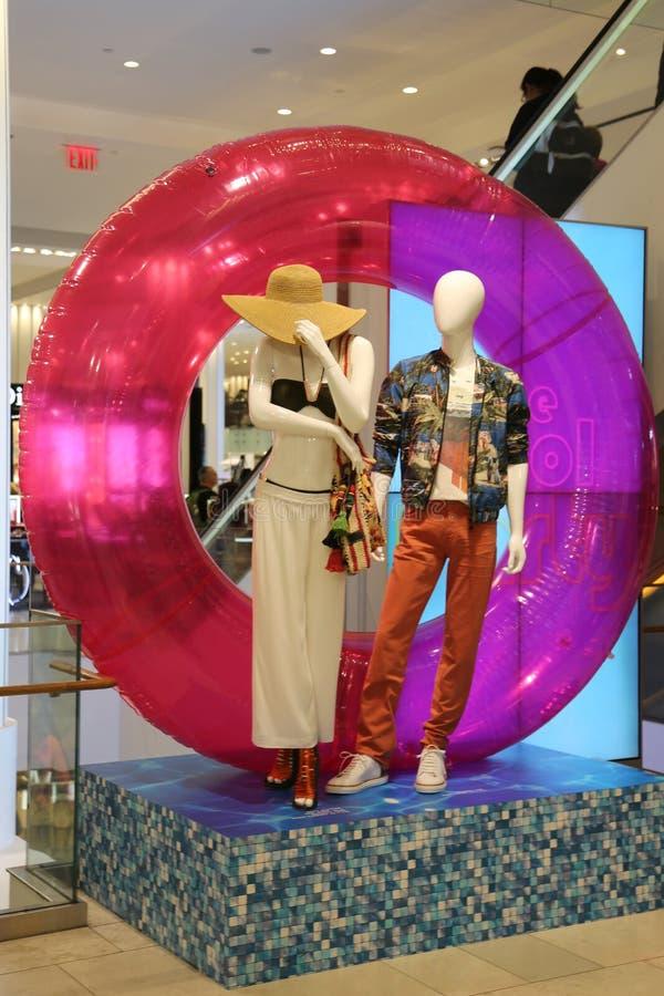 Представленное ` s Macy празднует украшение кампании лета в квадрате глашатого ` s Macy в центре города Манхаттане стоковое фото