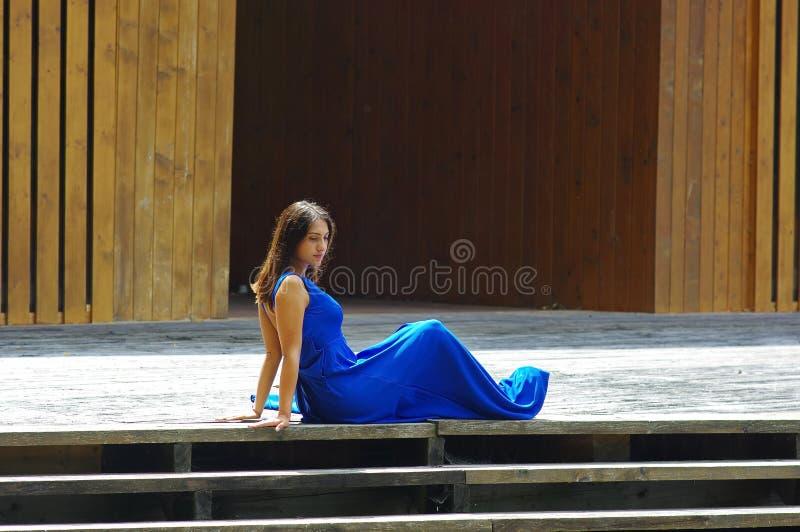 Представлять девочка-подростка стоковая фотография rf
