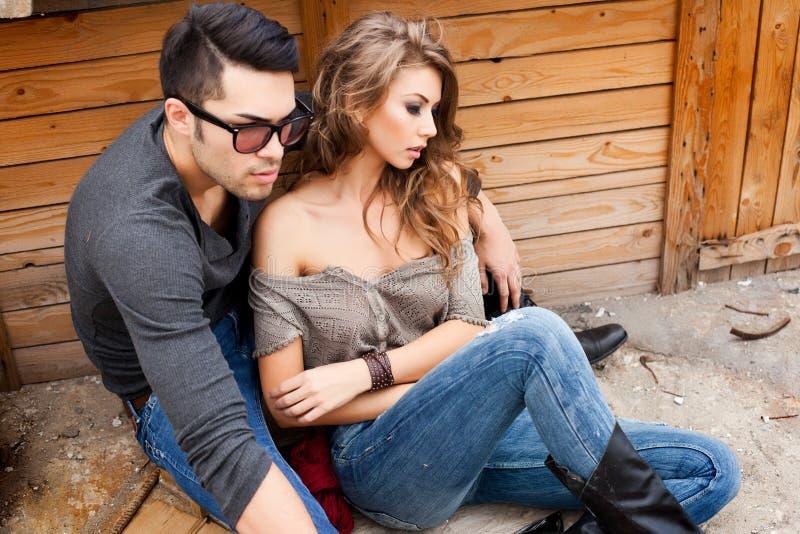 Представлять джинсов сексуальных модных пар нося драматический стоковое фото rf