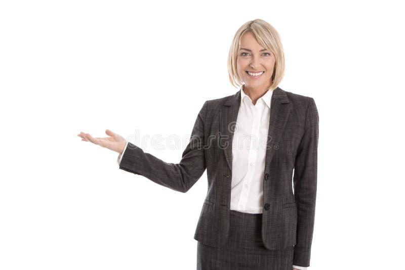 Представлять изолированную бизнес-леди показывая текст или продукт с стоковые изображения rf