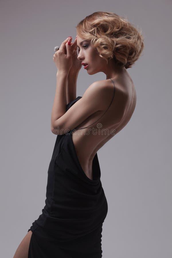 Представлять красивой женщины модельный в шикарном платье стоковая фотография rf