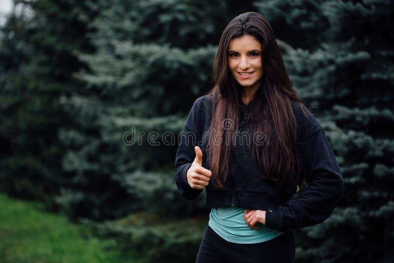 Download Представлять красивой женщины спортсмена брюнет фитнеса отдыхая после разрабатывает работать на парке Стоковое Фото - изображение насчитывающей энергия, активизма: 81805468