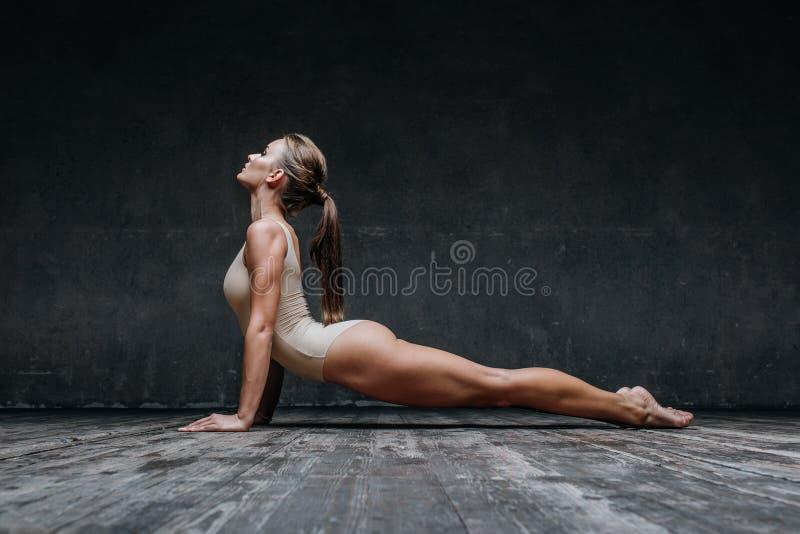 Представлять молодого красивого фитнеса женский в студии стоковые фотографии rf