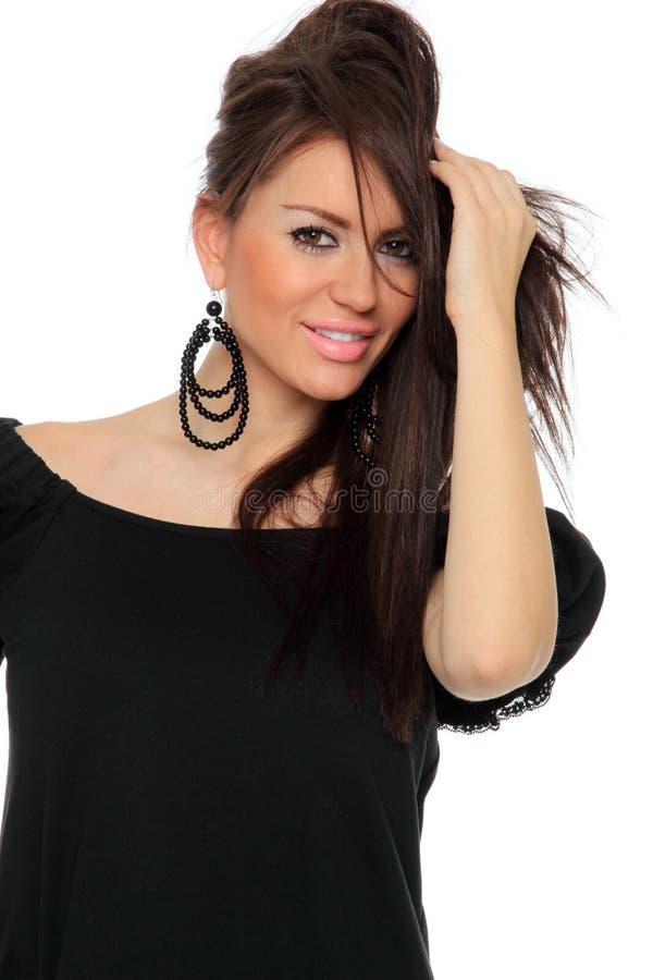 Представлять довольно сексуальной девушки полнометражный в славном черном платье стоковое изображение