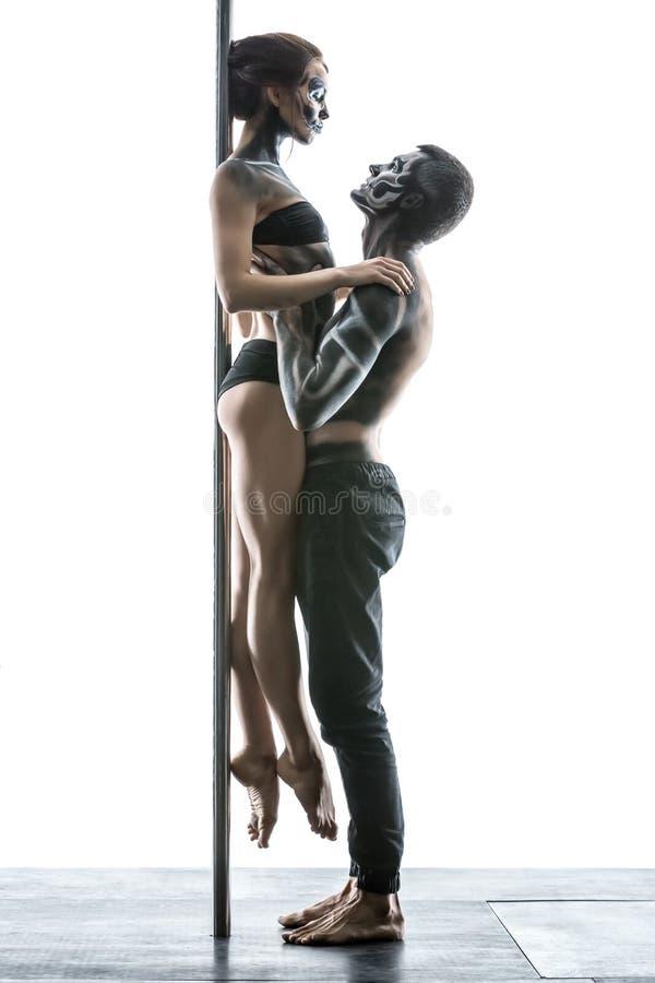 Представлять пар танца поляка в студии стоковые фотографии rf