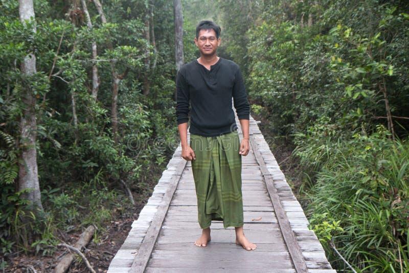 Представлять туристического гида джунглей стоковые фотографии rf