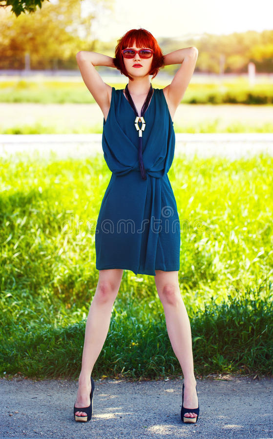 Представлять Redhead модельный на лете внешнем стоковая фотография rf