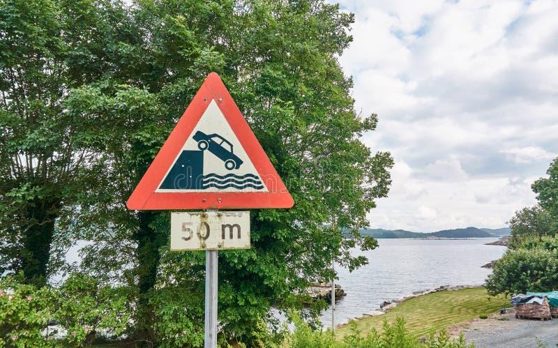 Предупреждение дорожного знака перед тонуть автомобиль стоковые фотографии rf