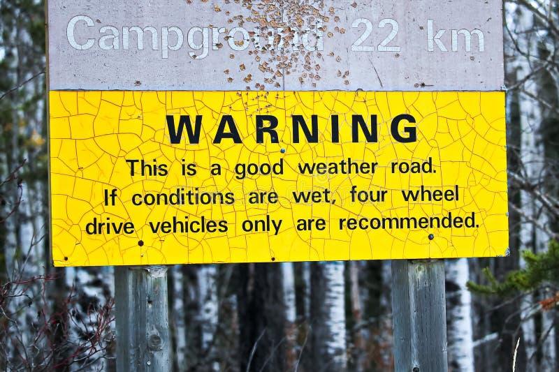 Предупреждение о грубой дороге к месту для лагеря стоковое фото