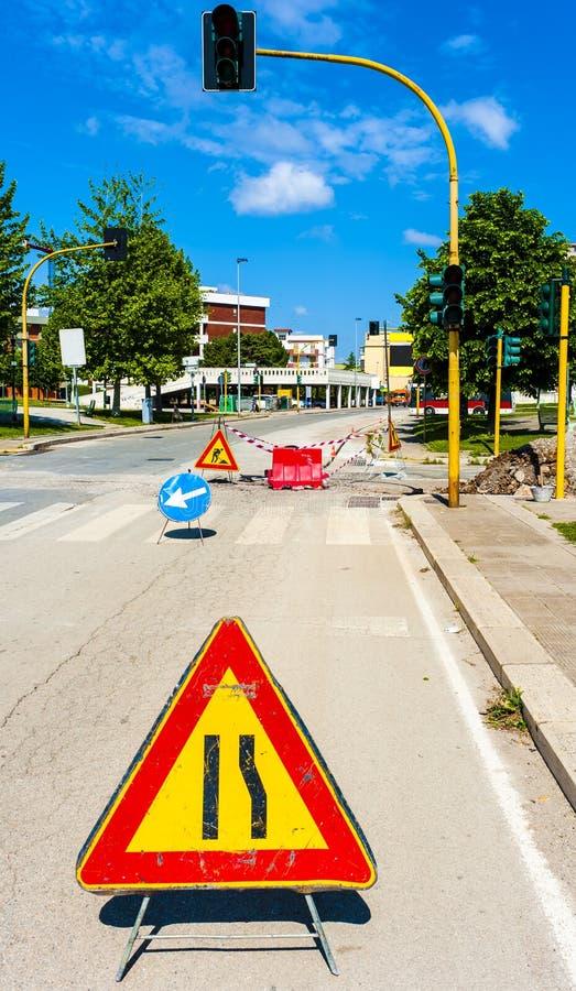 Предупредительные знаки для работы в процессе на дороге под конструкцией стоковые изображения