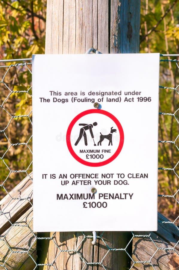 Предупредительный знак отсутствие собаки пакостя близко вверх стоковая фотография rf