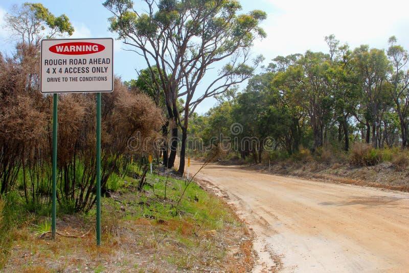 Предупредительный знак для грубой дороги, 4wd только, Австралия стоковые фотографии rf
