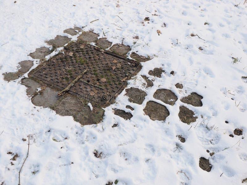 Предусматрива отверстия человека литого железа в зиме подготовляет с крышкой светлого снега стоковое изображение rf