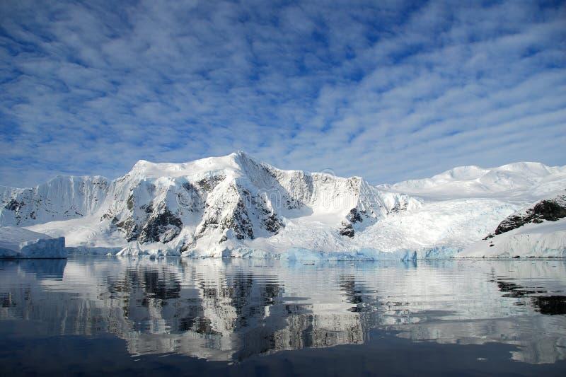 приантарктическая dappled гора ландшафта над небесами стоковая фотография rf