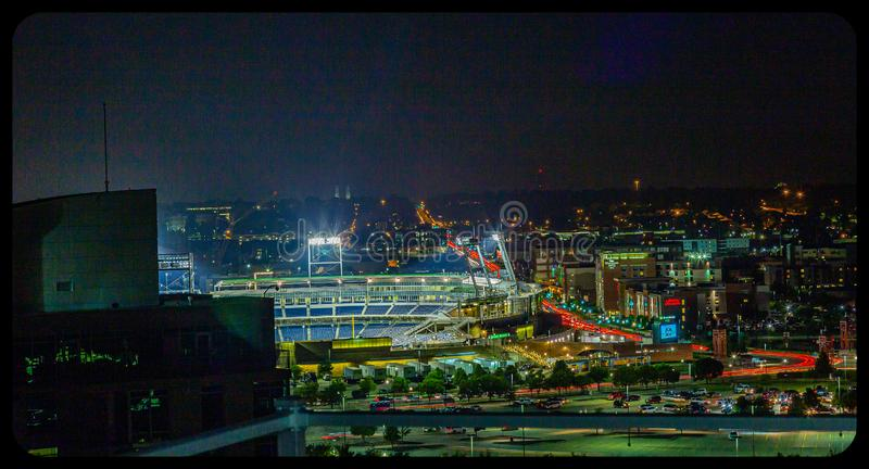 Приблизительная оценка Ameritrade вида с воздуха сцены ночи и городской omaha Небраска стоковые фотографии rf