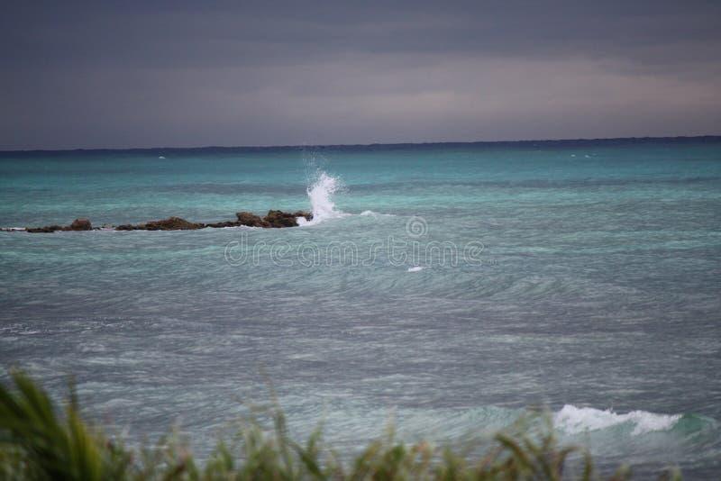 Прибой брызгая на пляже утесов ямайском стоковая фотография rf