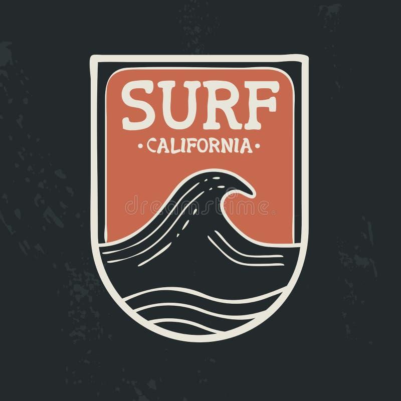 Прибой в цитате текста эмблемы волны пляжа Калифорнии бесплатная иллюстрация