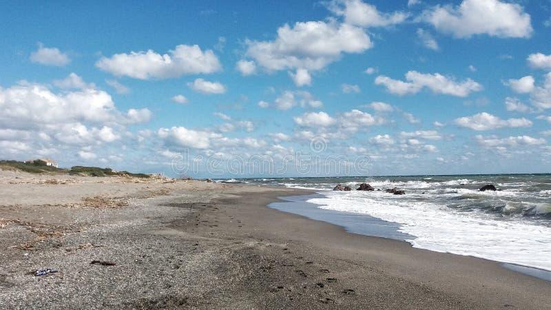 Прибой, море и голубое небо протягивают вне в горизонт стоковое изображение