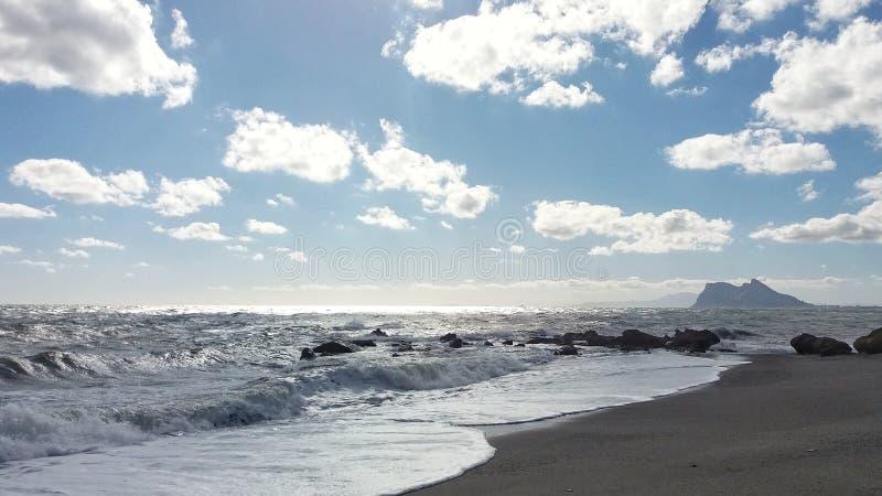 Прибой, море и голубое небо стоковое фото
