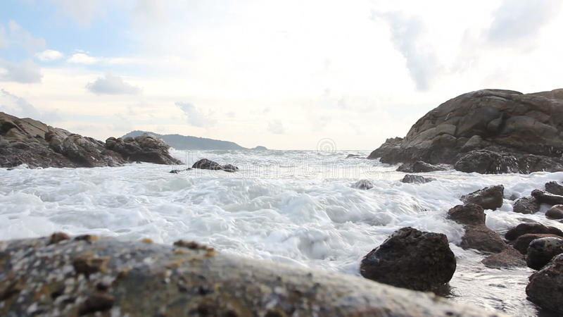 Прибой моря, океанская волна на пляже утеса видеоматериал