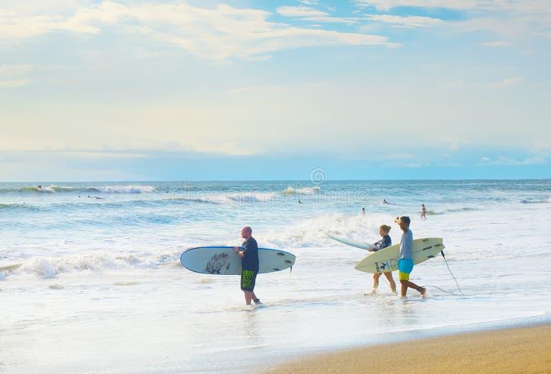 Прибой серферов идя, остров Бали стоковые изображения rf