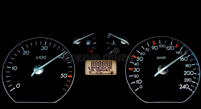 Приборная панель автомобиля на черной поверхности Панель автомобиля важная с предупредительными знаками и предупреждениями стоковые изображения