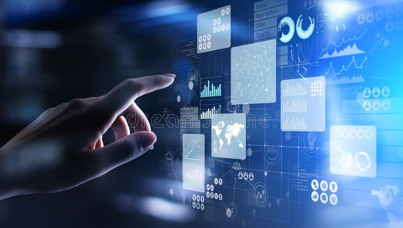 Приборная панель аналитика интеллектуального ресурса предприятия на виртуальном экране Большие данные изображают диаграммой диагр иллюстрация вектора