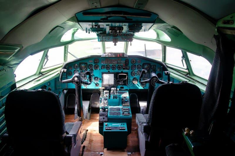 Приборная панель воздушных судн Туполева Tu-154 Взгляд внутри кабины пилотов стоковые фото