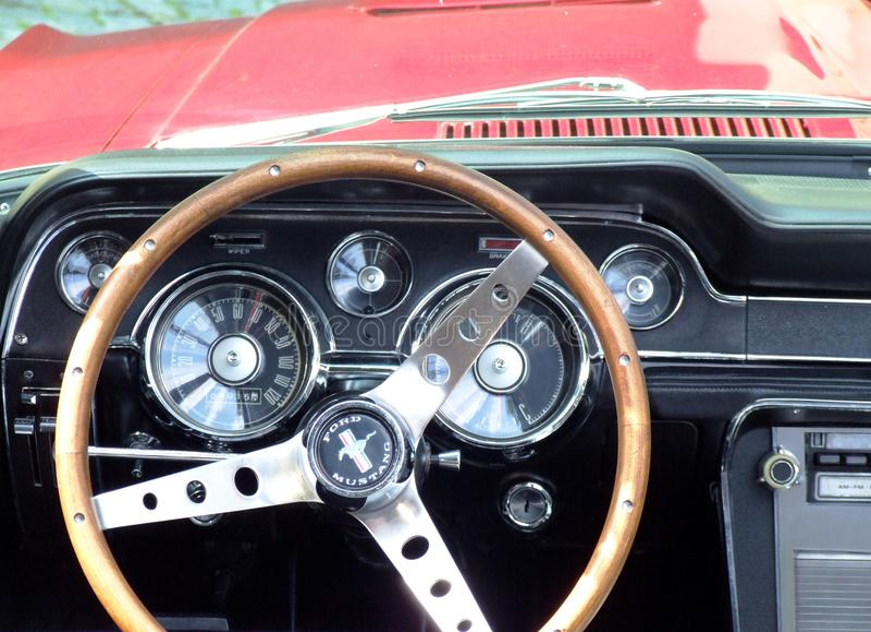 Приборная панель классического американского автомобиля, Ford Мustang стоковое фото