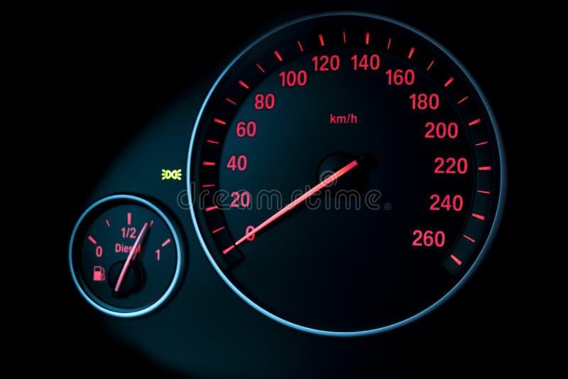 Приборный щиток автомобиля, крупный план приборной панели с видимым спидометром и уровень горючего современные детали интерьера а стоковые фотографии rf