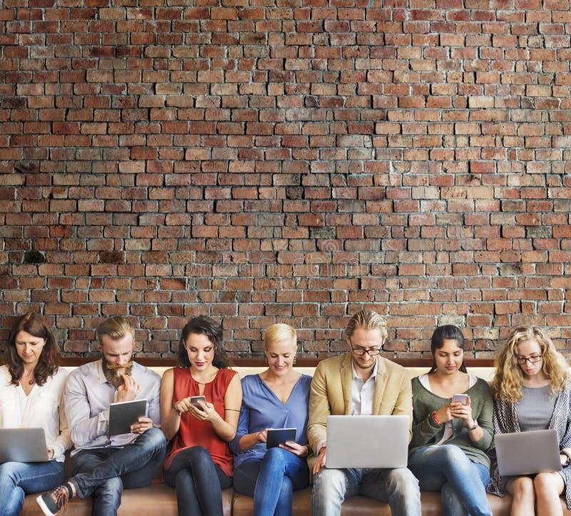 Приборы цифров соединения людей разнообразия просматривая концепцию стоковые изображения rf