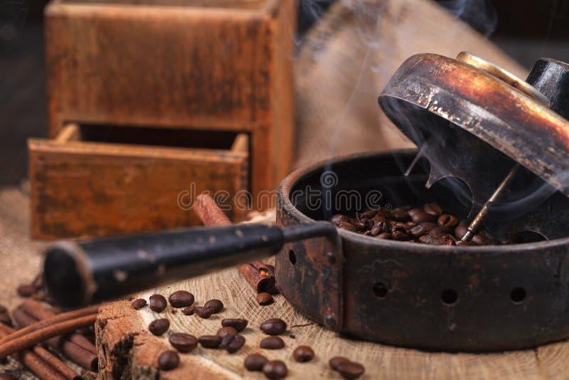 Прибор для жарить в духовке кофейные зерна, точильщика опытного человека стоковая фотография rf