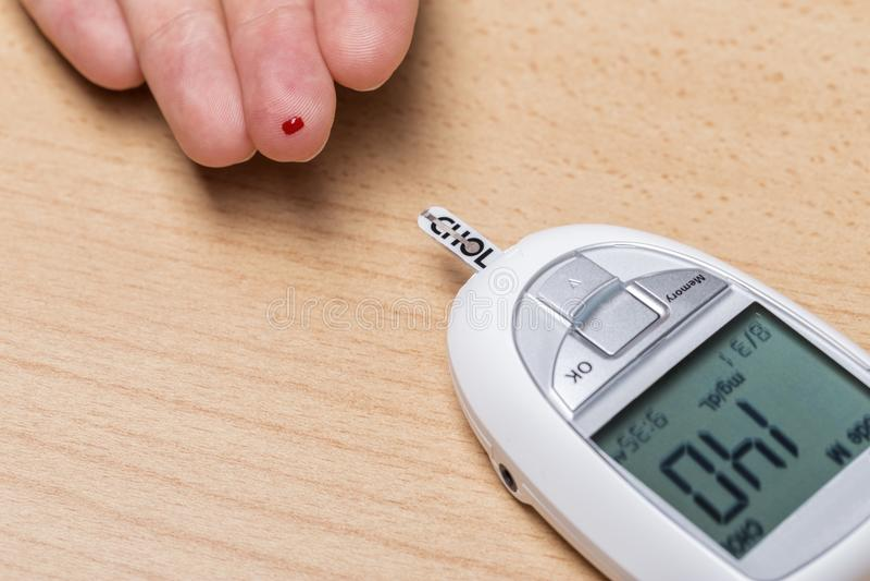 Прибор для измерять холестерол, и инсулин Анализ крови Стоковое ...