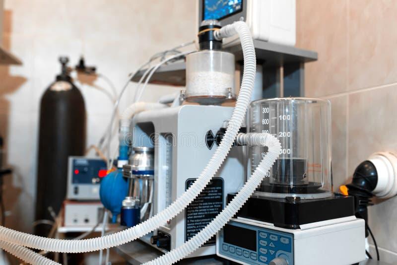 Прибор для искусственной вентиляции легких пациента Хирургическое оборудование операционной стоковое изображение