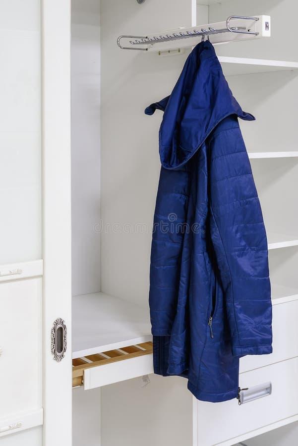 Прибор для хранить outerwear в сползая шкафе стоковое изображение rf