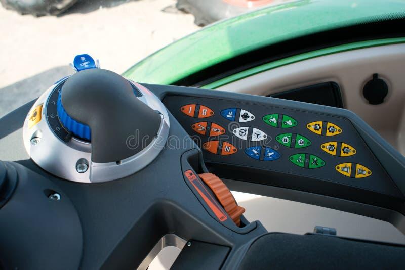Прибор кабины Traktor Внутренний современный трактор Пульт управления с кнопками, монитор, руль Взгляд от места работы стоковое изображение rf