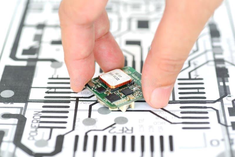 Прибор электроники рудоразборки руки стоковые изображения rf